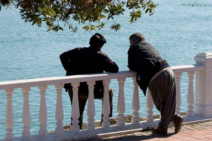 1200px-men_talking2c_adana_01
