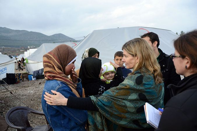 800px-usaid_assistant_administrator_lindborg_interacts_with_syrian_refugees_28841150048129